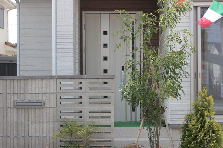 植栽に囲まれた玄関アプローチ