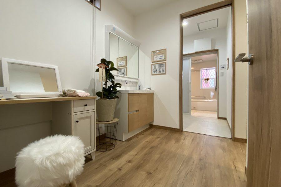 ユーティリティー<br /> 脱衣室と洗面を分けた多目的空間。奥様のパウダールームや家事室、洗濯干しスペースなど様々な用途で使えます。<br />
