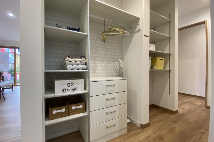 ウォークスルークローゼット<br /> 動線の中に組み込まれた収納スペースは使い勝手抜群。リビングの収納としてもコート等の外出用の収納としても、タオルや下着などの洗面廻りの収納としても使えます。